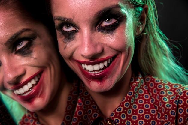 Veelvoudig spiegeleffect van vrouw met gekke glimlach