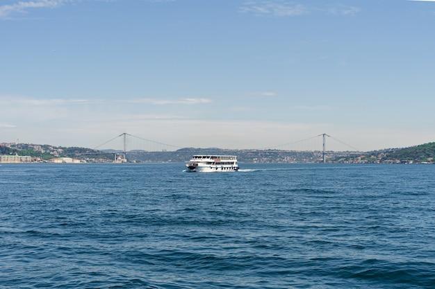 Veerboot die de bosporus-brug overgaat