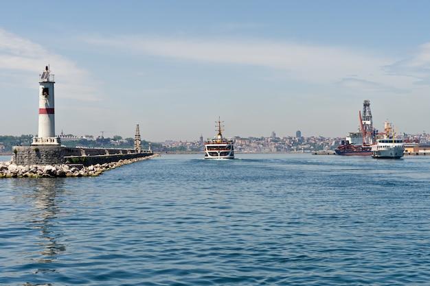 Veerboot die van aziatisch naar europees deel van istanbul overgaat