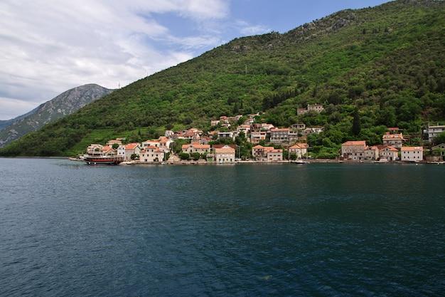 Veerboot in baai van boka kotorska, montenegro, adriatische kust