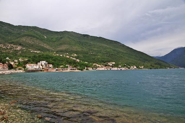 Veerboot in de baai van boka kotorska, montenegro, adriatische kust