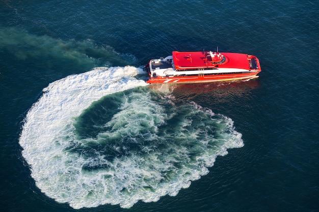 Veerboot in victoria harbor, hong kong-mening van antenne