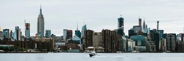 Veerboot op de east river met uitzicht op manhattan, vs