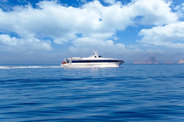 Veerboot op ibiza naar formentera met es vedra