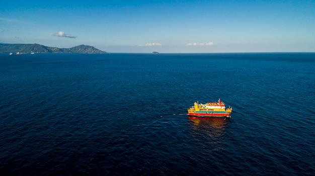 Veerboot zeilen in de oceaan. reizen vakantie recreatie paradise toerisme.
