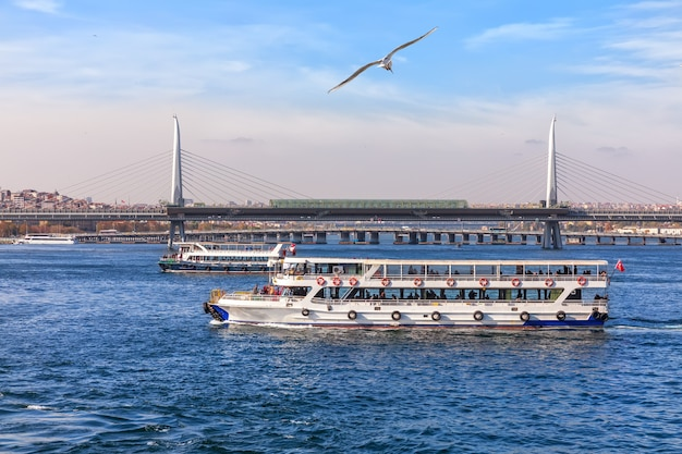 Veerboten in de bosporus en de halic metro bridge, istanbul.