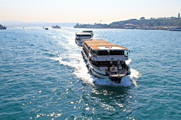 Veerboten voor passagiers in straat bosporus, istanbul