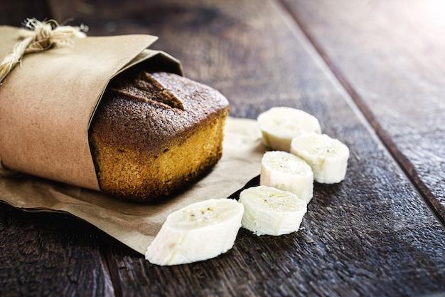 Vegan bananenbrood verpakt in gerecycled papier. met kopie ruimte