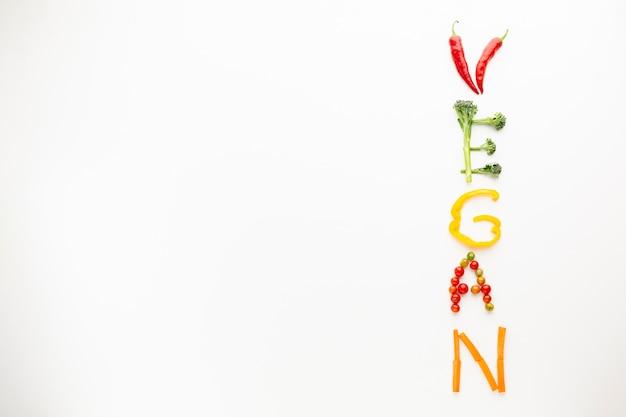 Vegan belettering gemaakt van groenten met kopie ruimte