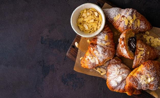 Vegan croissants met amandelvlokken en poedersuiker bovenaanzicht