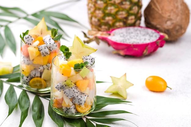 Vegan fruitsalade in glas