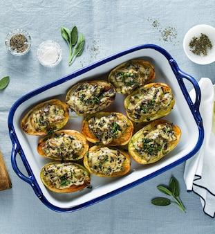 Vegan gebakken aardappelen met champignons in bechamelsaus met sojamelk. gezonde lunch of diner voor het gezin