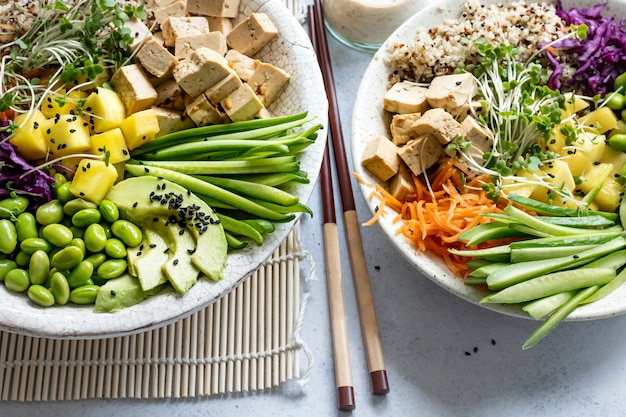 Vegan poke bowl met gemarineerde tofu fotografie