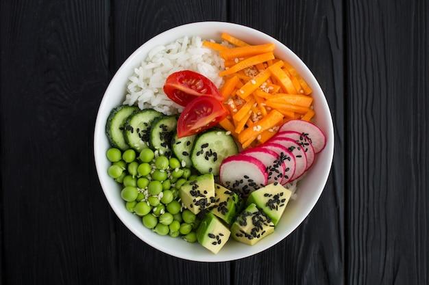 Vegan poke bowl met witte rijst en groenten