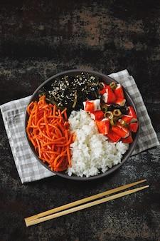 Vegan poke bowl met zeekool en gepekelde worteltjes.