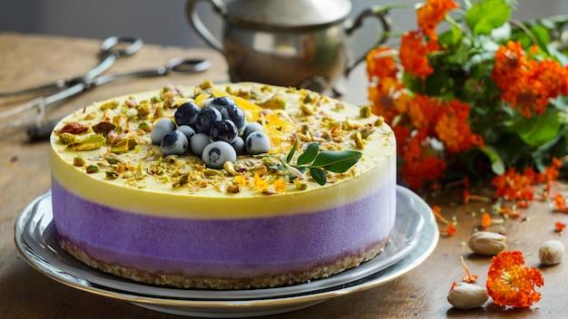 Vegan rauwe cheesecake met bosbessen, kers, matcha thee, sinaasappel