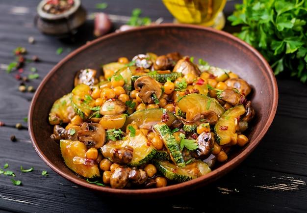 Vegan roerbak van champignons, courgette en kikkererwt
