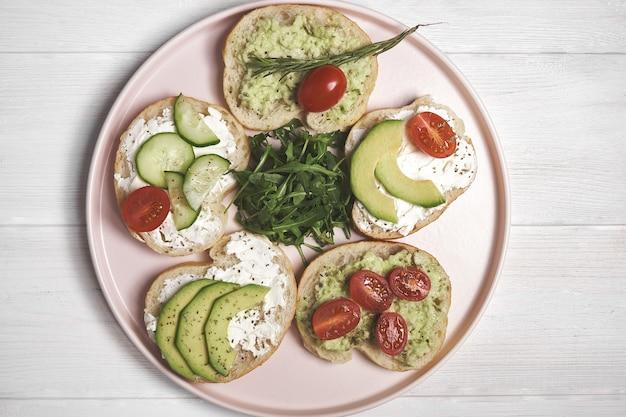 .vegan sandwiches met kwark en groenten op houten achtergrond.