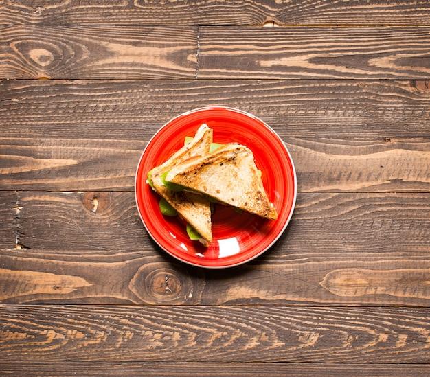Vegan volkoren sandwich met verschillende ingrediënten voor een gezonde maaltijd,