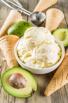 Veganistisch avocado-ijs
