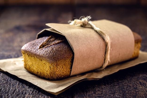 Veganistisch bananenbrood verpakt in gerecycled papier. met kopie ruimte