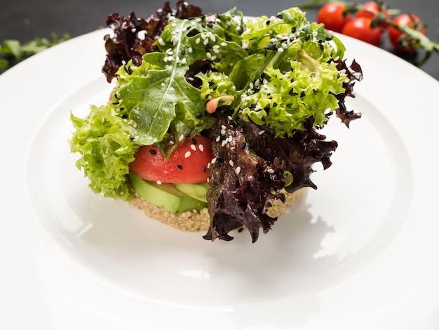 Veganistisch broodje restaurant eten concept. lente menu. heerlijke en gezonde voeding.