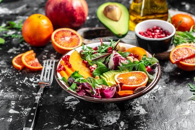 Veganistisch, detox buddha bowl-recept met fruit en groente op een lichte achtergrond