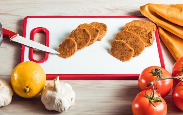 Veganistisch eten koken. seitan is veganistisch vlees voor vegetarische burger