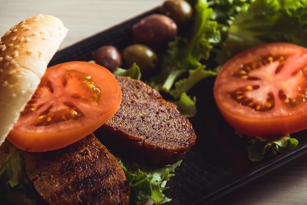 Veganistisch eten koken. seitan is veganistisch vlees voor veggie burger