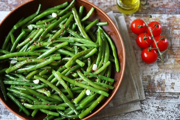 Veganistisch eten met pittige erwten in een kom