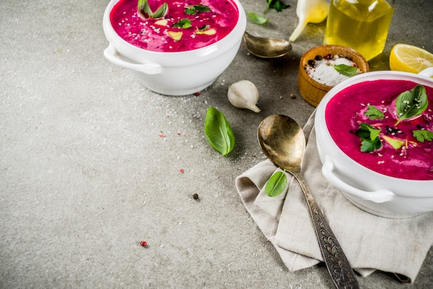 Veganistisch eten, zomerse koude rode biet gazpacho soep met citroen, avocado en verse kruiden