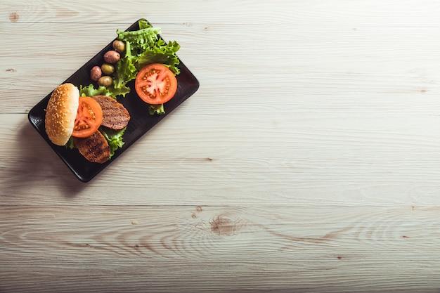 Veganistisch koken. seitan is veganistisch vlees voor vegetarische hamburgers