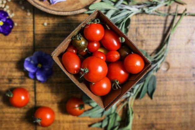Veganistisch vers koken ingrediënten op een houten tafel
