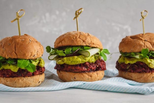 Veganistische bietenburgers met groenten, guacamole en roggebroodje