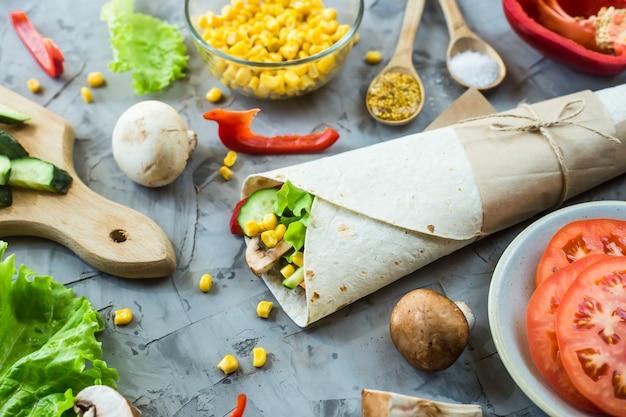 Veganistische burrito van groenten, paddenstoelen en tortilla's
