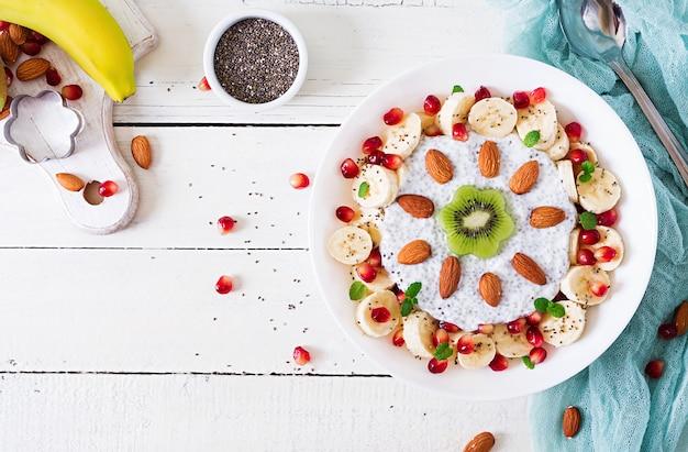 Veganistische chiazaadpudding met amandelmelk met banaan en kiwi.