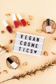 Veganistische cosmetica-inscriptie onder heldere nagellakken die veilig zijn voor de gezondheid en het milieu
