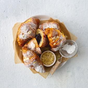 Veganistische croissants met amandelvlokken en het exemplaarruimte van de suikerglazuursuiker hoogste mening