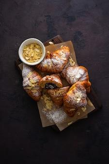 Veganistische croissants met amandelvlokken en poedersuiker bovenaanzicht