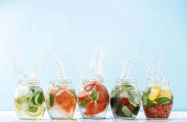 Veganistische detox-smoothies gemaakt van fruit en groenten