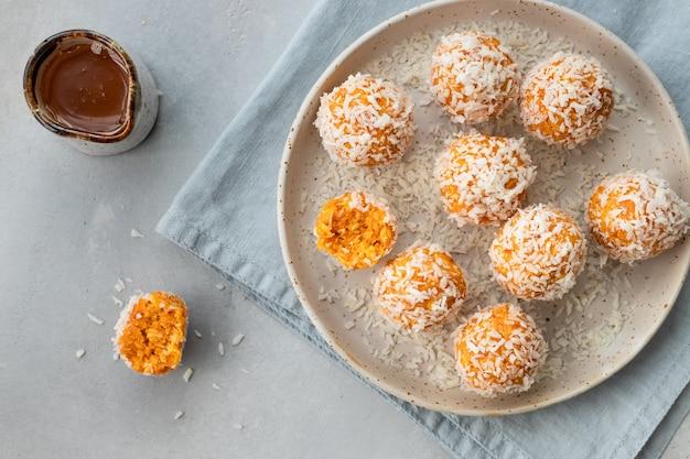 Veganistische energieballen met gedroogde abrikozen en kokos gezond rauw dessert