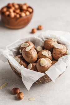 Veganistische gezonde hazelnoot en rauwe ballen van cacao.