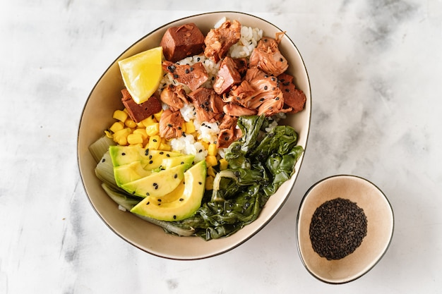 Veganistische gezonde kom met rijst, salade en jackfruit op donkere backround