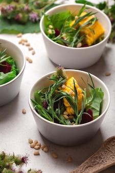 Veganistische groene salade met maïs en bieten