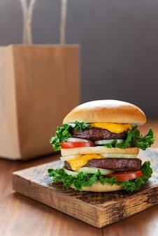 Veganistische hamburger op een houten bord eten bezorgconcept