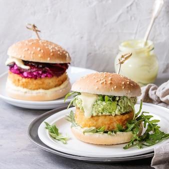 Veganistische hamburgers met avocado, rode biet en saus