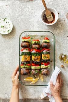 Veganistische kebab bereiden met verschillende groenten en shiitake-paddenstoelen