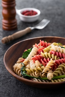 Veganistische kleur pasta op houten plaat