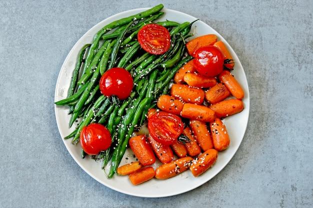 Veganistische lunch. handige salade van sperziebonen en wortelen. slabonen en wortelen.
