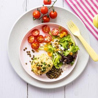 Veganistische lunch voor kinderen, pompoenrisotto met linzen